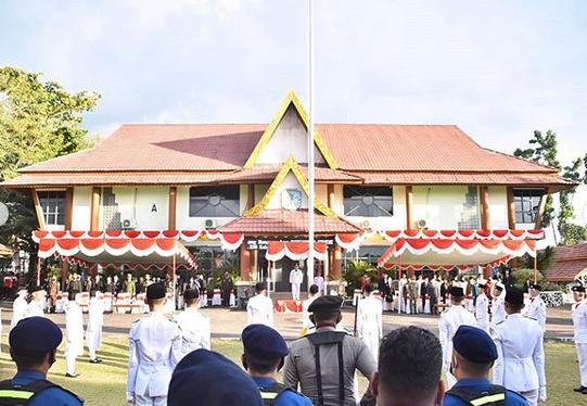 Wakil Bupati Sintang Askiman Pimpin Upacara Penurunan Bendera Merah Putih Di Lingkungan Kabupaten Sintang