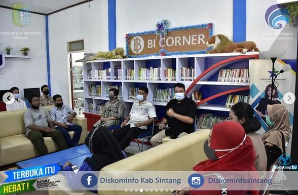 Kepala Dinas Perpustakaan Dan Kearsipan Kabupaten Sintang Iwan Setiadi Bagikan  Sertifikat Kursus Komputer  Dan Tutup Kegiatan Literasi Untuk Kesejahteraan
