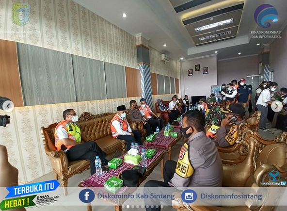 Kepala Dinas Kesehatan Harysinto Linoh Pantau Kedatangan Vaksin Covid-19  Di Kabupaten Sintang