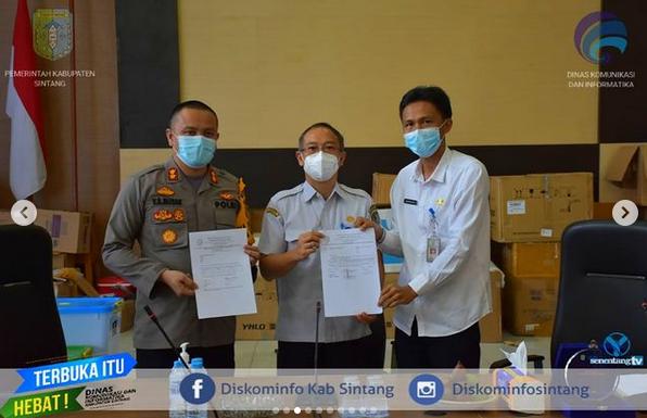 Kepala Dinas Kesehatan Harysinto Linoh Menanda Tangani Surat Pernyataan Serah Terima Vaksin Covid-19